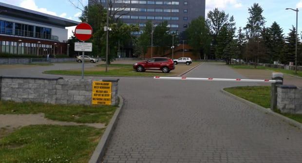 - W weekend na wojskowym parkingu nikogo nie ma, więc mogliby tu parkować zwykli kierowcy - uważają czytelnicy.