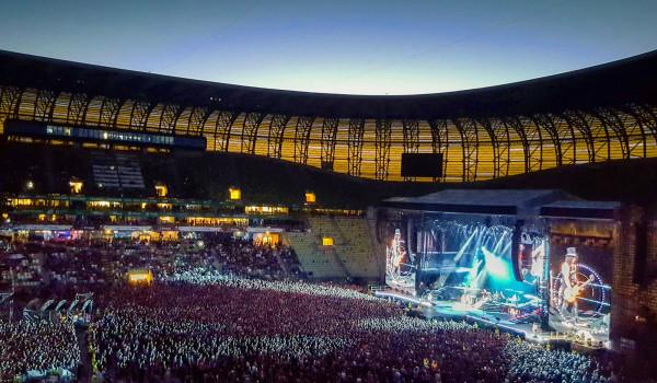 Sektor Golden Circle zajmujący większą część płyty stadionu.