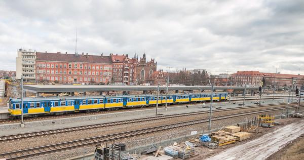 Przystanek SKM Gdańsk Śródmieście. Po prawej widoczny gmach Urzędu Wojewódzkiego i Marszałkowskiego, w rejon którego zostanie poprowadzone nowe przejście podziemne.