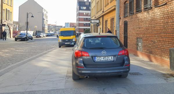 W Gdańsku bezkarnie można parkować nawet na środku świeżo wyremontowanego chodnika przy ul. Stągiewnej/Chmielnej.