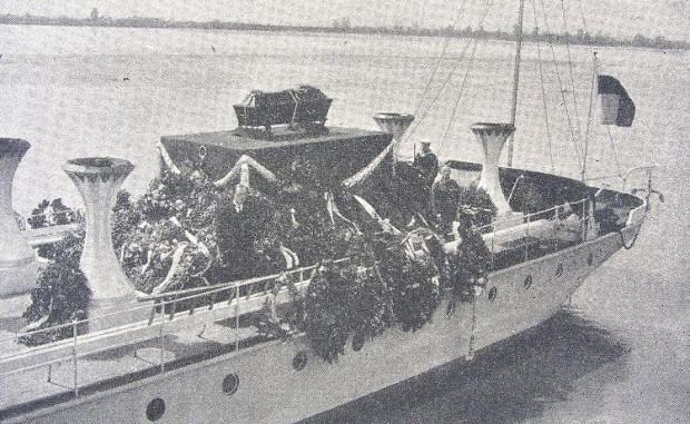 """Trumna ze szczątkami Juliusza Słowackiego na pokładzie okrętu ORP """"Wilia""""."""