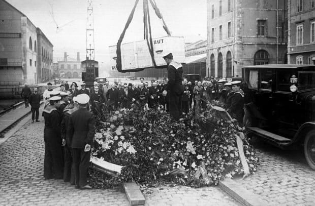 """Załadowanie trumny z prochami Juliusza Słowackiego na okręt """"Wilia"""" w Cherbourgu, w czerwcu 1927 r."""