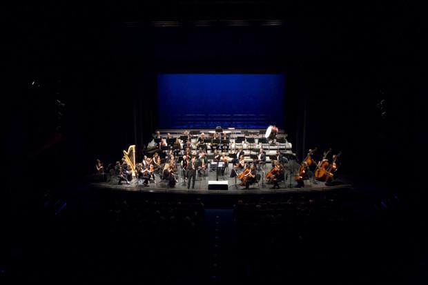 Tym razem bardzo dobrze dysponowaną Orkiestrę wraz z dyrygentem Szymonem Morusem umieszczono na scenie Opery Bałtyckiej.