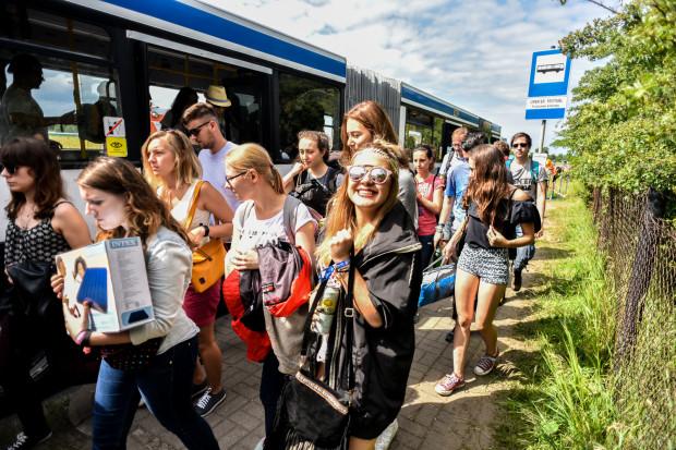 Dojechać najwygodniej darmowym autobusem spod dworca w Gdyni. SKM uruchomiła także specjalne karnety.