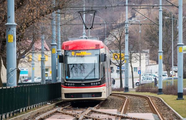 Po Gdańsku jeździ już pięć nowych, dwukierunkowych tramwajów Jazz Duo dostarczonych przez Pesę dwa lata temu.