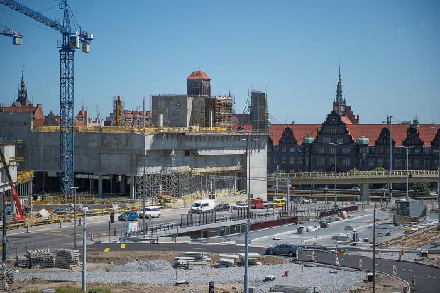 Przed Forum Gdańsk, czyli przy al. Armii Krajowej powstaje węzeł przesiadkowy. Mniejszych korków w centrum możemy spodziewać się dopiero, gdy wrócą tam tramwaje.
