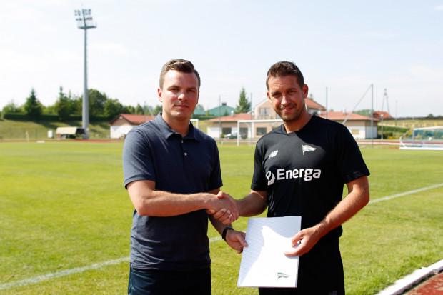 Adam Owen (z prawej) wraz z dyrektorem sportowym Lechii Januszem Melaniukiem.