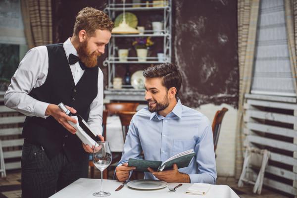 Idąc do restauracji musimy pamiętać, iż wybór wina najczęściej zależy od gospodarza, czyli osoby, która nas zaprosiła.