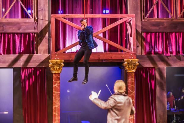 Widzów czeka wiele niespodzianek. Wśród nich zjazd na linie jednego z bohaterów w widowiskowej scenie pojedynku Lorda Vessex (Grzegorz Otrębski, na linie) z Willem Szekspirem.