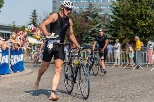 Pływanie, rower, bieganie - do tego sportowego trójboju warto przygotować się z wyprzedzeniem około 16 tygodni. Inaczej możemy mieć problemy z pokonaniem trasy nawet najkrótszego triathlonu w kategorii open.