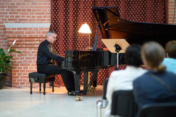 Podczas cyklu Chopin nad wodami Motławy można nie tylko posłuchać znakomitych recitali pianistycznych, ale również delektować się widokiem na przeciwległy brzeg Motławy, jaki rozpościera się z okien Salonu Gdańskiego. Na zdj. Bogdan Kułakowski.