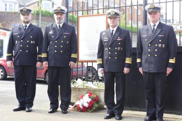 """Delegacja polskich marynarzy w Cowes. Drugi od lewej kmdr por. Walter Jarosz, dowódca okrętu-muzeum ORP """"Błyskawica""""."""