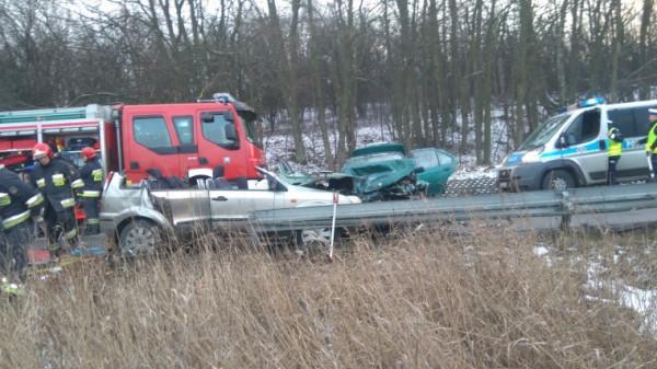 21-latek wjechał czołowo w samochód, którym podróżowała cała rodzina. Prowadził, choć nie posiadał prawa jazdy.