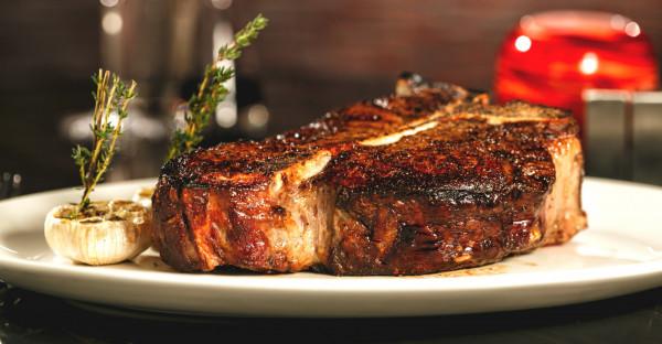 Według statystyk, Europejczyk zjada rocznie ok. 18 kg czerwonego mięsa, Amerykanin już 30 kg, a najwięcej, prawie 60 kg konsumuje mieszkaniec Argentyny.