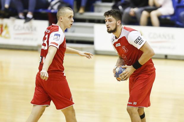 Adrian Kondratiuk (z lewej) staje się pewniakiem w kadrze Polski. Nową twarzą jest za to jego klubowy kolega z Wybrzeża, Hubert Kornecki (z prawej).