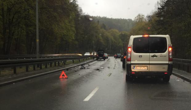 Wypadki i kolizje na ul. Słowackiego w lesie po opadach deszczu stają się standardem, ale jest szansa na poprawę bezpieczeństwa.