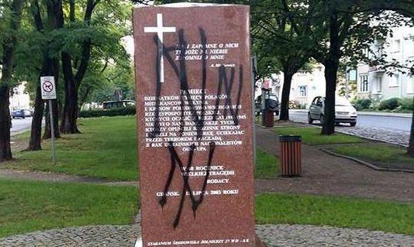 W nocy z poniedziałku na wtorek, na pomniku ofiar rzezi wołyńskiej pojawiły się znaki tzw. wilczego haka, symbolu wykorzystywanego przez nazistów podczas II wojny światowej oraz obecnie przez nacjonalistów ukraińskich.