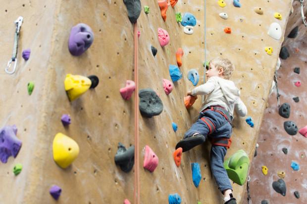 Wspinanie się po ściance angażuje wiele mięśni.