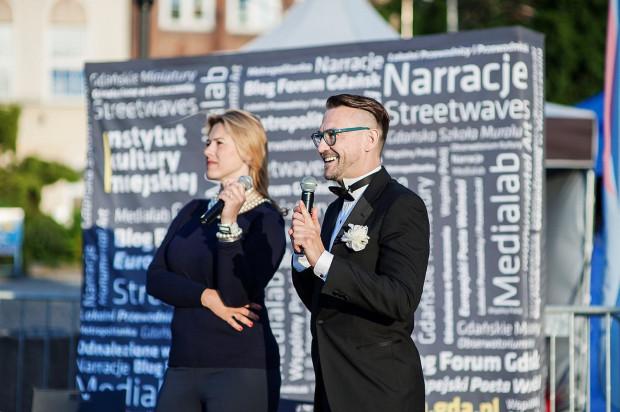 Duetem prowadzącym wieczór z operą jest Katarzyna Hołysz i Jerzy Snakowski. Oboje zadbają o wprowadzenie do spektaklu i skomentują go w przerwie.