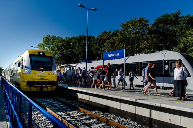 Jedna z nielicznych mijanek pociągów na linii w kierunku Helu w Jastarni.
