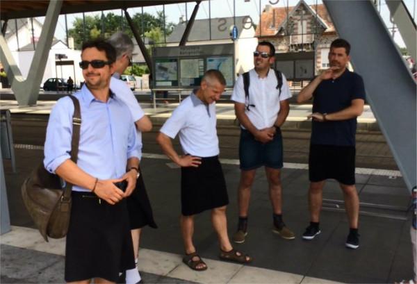 Mężczyźni w sukienkach i spódnicach protestowali przeciw zakazowi noszenia krótkich spodenek w pracy.