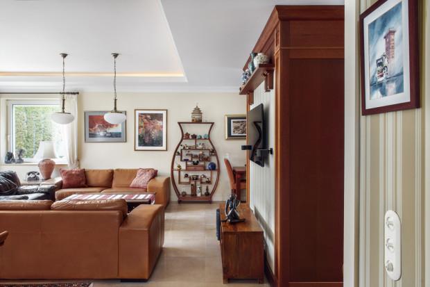 Przykładem takiego wnętrza jest dom na Wzgórzu Bernadowo, który łączy w sobie angielską stylistykę z wpływami kolonialnymi.