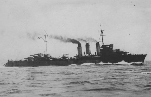 Polski niszczyciel ORP Burza podczas rejsu na pełnym morzu.
