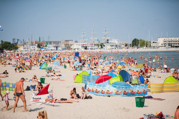 Wypoczynek na plaży można wykorzystać również na badania. Wiele osób korzysta z takiej możliwości.