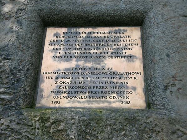 Tablica na głazie pamiątkowym w Wielkiej Alei (ze strony Gdańskiego Zarządu Dróg i Zieleni)