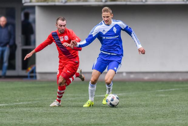 Mateusz Młynarczyk (z piłką) w III-ligowym Bałtyku gra od wiosny 2016 roku. Dotychczas zaliczył 34 mecze, strzelił 1 gola.