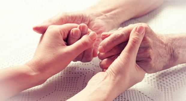 Usługi opiekuńcze obejmują pomoc w zaspokajaniu codziennych potrzeb życiowych, opiekę higieniczną, zaleconą przez lekarza pielęgnację oraz, w miarę możliwości, zapewnienie kontaktów z otoczeniem.