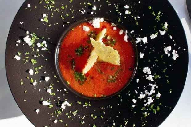 W karcie Espléndidos dominują przeróżne tapasy i dania główne, trzy sałatki i dwie zupy oraz cztery desery. Nazwy podane są w języku polskim, hiszpańskim i angielskim.