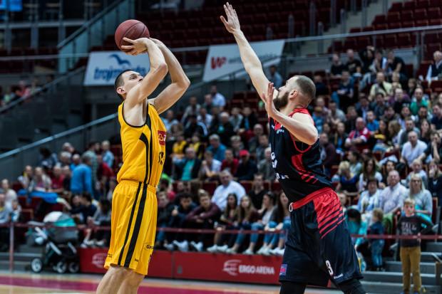 Filip Dylewicz jeszcze przynajmniej przez rok będzie występował w żółto-czarnej koszulce w Ergo Arenie, gdzie w nowych rozgrywkach Trefla ma rozegrać większość meczów.