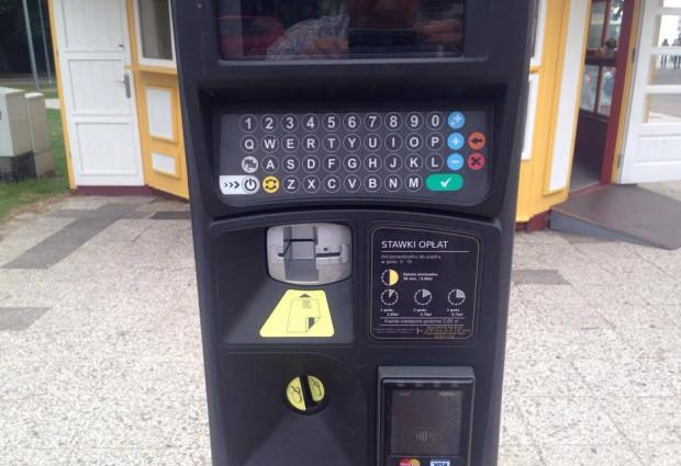 Parkomaty obsługujące karty stoją już m.in. nieopodal klubu Marynarki Wojennej w Gdyni. Pod ekranem znajduje się klawiatura, a niżej elementy pozwalające wykonać transakcję bezgotówkowo.