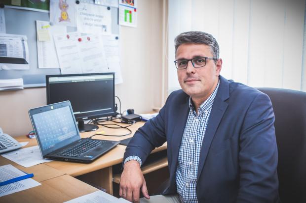 Jakub Kraszewski od listopada 2016 r. pełnił obowiązki dyrektora naczelnego UCK. 23 czerwca, po wygranej w konkursie na to stanowisko i akceptacji jego kandydatury przez rektora GUMedu, prof. Marcina Gruchałę, podpisał umowę zostając dyrektorem naczelnym placówki.