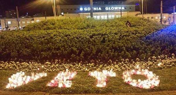 Napis ułożony przez protestujących w Gdyni.