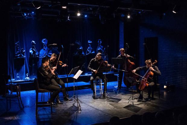 """Najważniejsi podczas """"Moscow '48"""" są muzycy Atom String Quartet (na pierwszym planie) - bohaterowie brawurowo wykonanego koncertu Dmitrija Szostakowicza cyklu pieśni op. 79 """"Z żydowskiej poezji ludowej""""."""