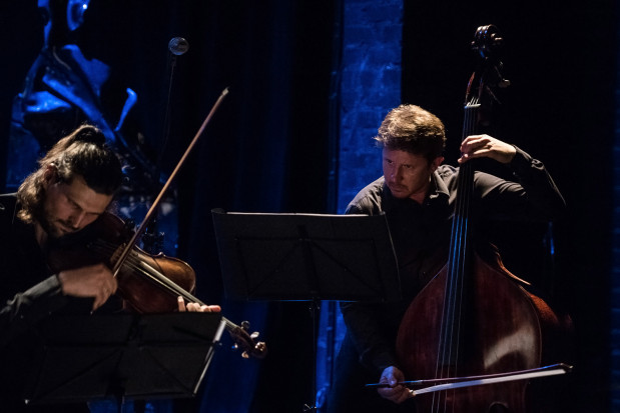 Świetne aranżacje muzyczne pieśni Szostakowicza na kwartet smyczkowy i kontrabas przygotował Adam Żuchowski (po prawej).
