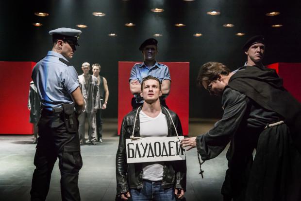 """Jednym z największych wydarzeń festiwalu będzie """"Miarka za miarkę"""" - brytyjsko-rosyjska koprodukcja w reż. Declana Donnellana z aktorami Teatru Puszkina w Moskwie. Spektakl zobaczyć można 4 sierpnia."""