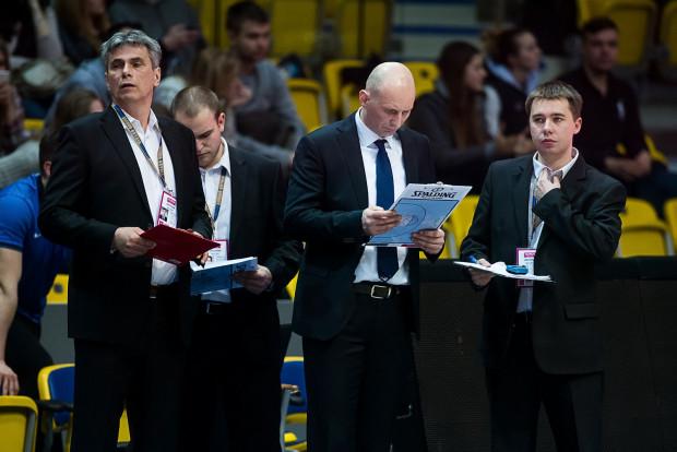 Piotr Blechacz (pierwszy z prawej) asystował w Asseco tak Tane Spasevovi (w środku), jak i obecnemu trenerowi, Przemysławowi Frasunkiewiczowi.