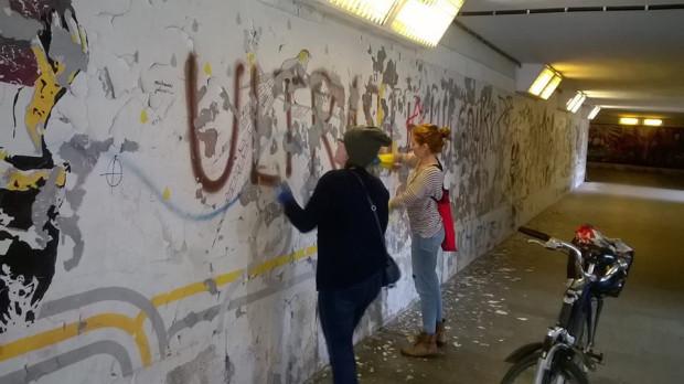 Na obskurnych i zaniedbanych ścianach przejścia podziemnego, pod skrzyżowaniem ulic Okopowa i Podwale Przedmiejskie po sześciu latach przerwy pojawią się nowe murale związane z twórczością Williama Szekspira. Na zdjęciu pracownice Teatru Szekspirowskiego podczas prac przygotowawczych.