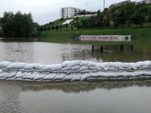 Woda co prawda wylała ze zbiornika Zabornia, ale wyciek nie jest duży.