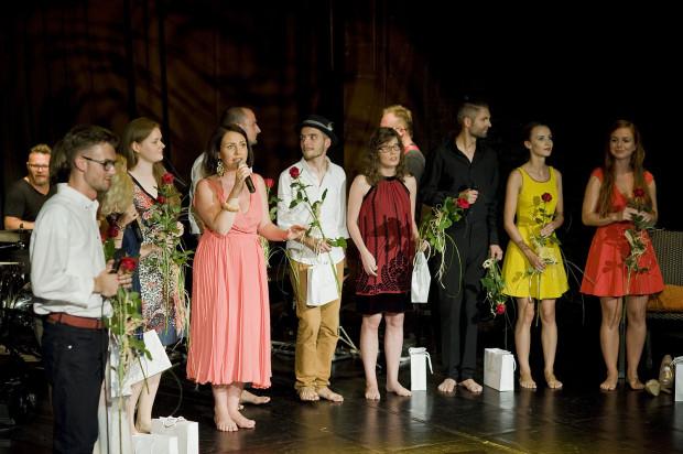 Co roku dziesiątka finalistów prezentuje swoje możliwości publiczności Teatru Atelier, która wybiera swojego faworyta. Koncerty prowadzi Magdalena Smalara (z mikrofonem).