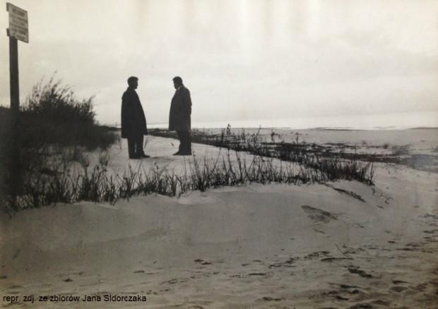 Plaża na wysokości Orle na Wyspie Sobieszewskiej w czasach PRL-u. Po lewej stronie stoi Jan Sidorczak, który przez kilkadziesiąt lat był kierownikiem tutejszego Obwodu Ochrony Wybrzeża Urzędu Morskiego.