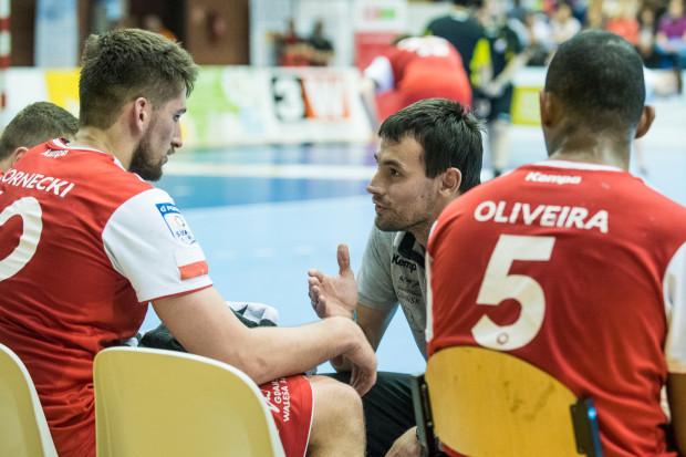 Trener Marcin Lijewski (w środku) nadal ma drużynę w rozsypce. Do treningów wraca jednak jeden z rekonwalescentów Hubert Kornecki (z lewej), który jest po operacji barku.