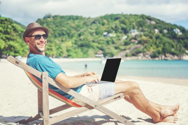 W wakacje na pracowników dużych firm często czeka sporo atrakcji.