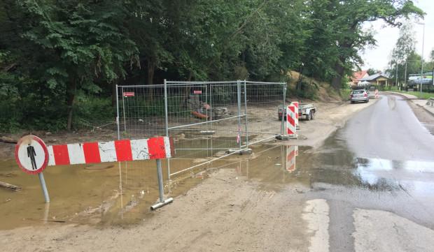 Po fragmencie ul. Niepołomickiej można jeździć tylko w jednym kierunku z uwagi na zabezpieczenia po pracach kanalizacyjnych.