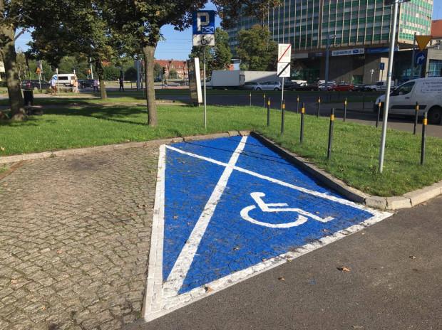 """Zgodnie z nowymi przepisami znak P-24 """"miejsce dla pojazdu osoby niepełnosprawnej"""" powinien zostać umieszczony na nawierzchni barwy niebieskiej."""