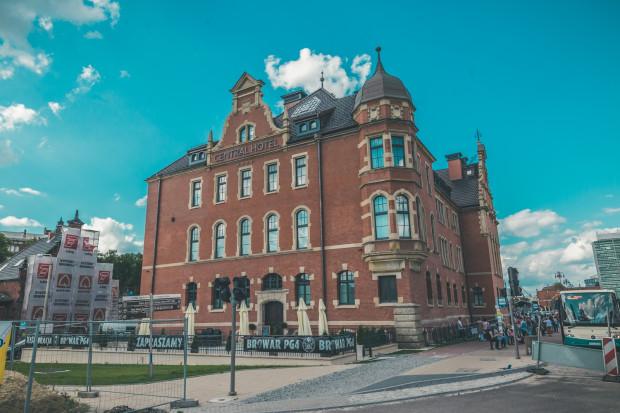 Rok temu obstawiony rusztowaniami, dziś przyjmuje już gości i miłośników warzonego na miejscu piwa - Hotel Central przy dworcu PKP Gdańsk Główny.