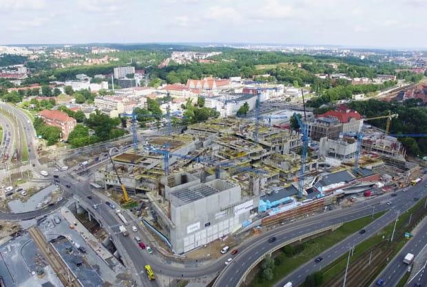 Budowa na Targu Siennym i Rakowym trwa od kilka lat, ale z każdym miesiącem powstające tu budynki stają się coraz większe.